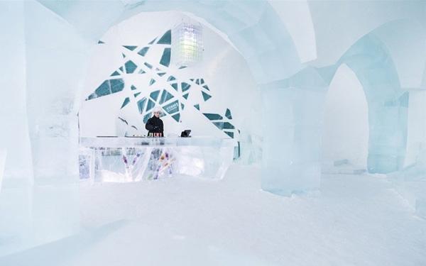 Quán bar làm từ băng tuyết có một không hai ở Thụy Điển.