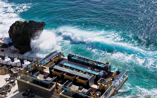 Khách vừa có thể thưởng thức coktail vừa ngắm sóng biển tung bọt trắng tại quán Ayana ngay trên mặt biển ở đảo Bali.