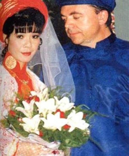 [Caption]Đám cưới của ca sĩ Ánh Tuyết với chàng kỹ sư người Pháp tổ chức vào ngày 01/01/1995. Cô dâu diện áo dài truyền thống còn chú rể dù là người nước ngoài nhưng vẫn theo phong tục Việt với bộ áo dài màu xanh lam.