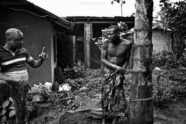 Bộ ảnh nhói lòng về một châu Phi của người tâm thần 6
