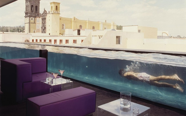 Nằm trên nóc khách sạn La Purificadora ở Puebla, Mexico, quán bar này có cả bể bơi được ngăn bằng lớp kính trong suốt đẹp mắt.