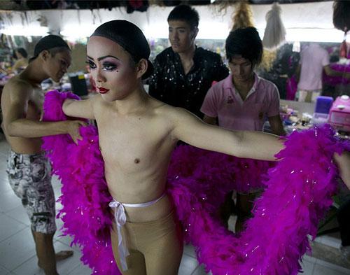 Du lịch Thái: Vũ công chuyển giới làm gì sau cánh gà? - 11