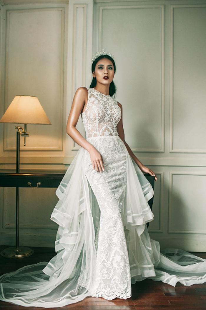 Bộ sưu tập gồm những mẫu váy tôn sự tinh tế trong cách xử lý chất liệu, sự khéo léo trong cách sắp xếp hoa văn và sự gợi cảm ở những khoảng hở được tính toán kỹ lưỡng.