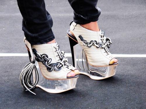 """""""Refresh"""" style ngày hè với giày cao gót trong suốt 10"""