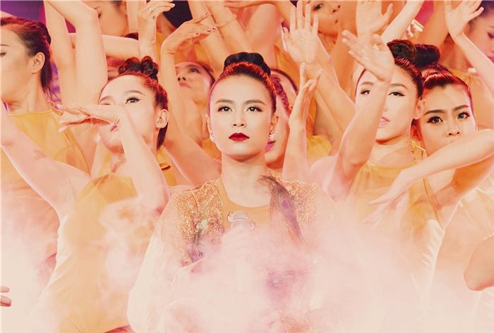"""Hoàng Thuỳ Linh """"rút"""" khỏi The Remix 2016: Kịch bản cũ soạn lại!"""