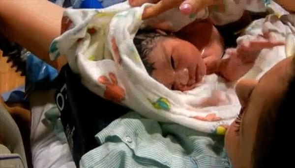 Xúc động với clip toàn cảnh sự ra đời của một em bé 2