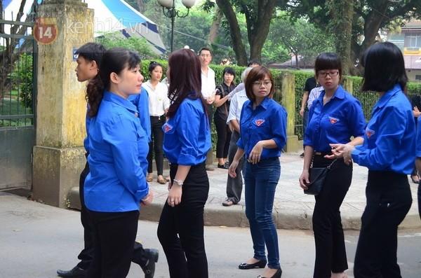 Từ tờ mờ sáng nay, người dân Hà Nội đã đến khóc thương Đại tướng 43
