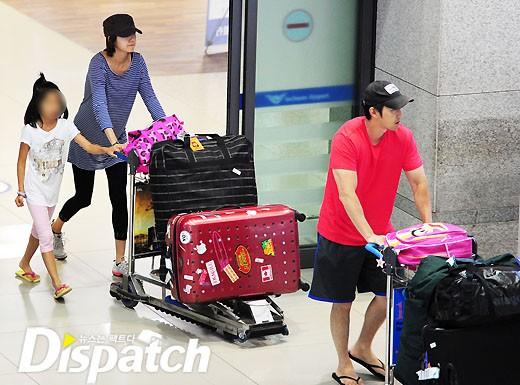 Cả gia đình tại sân bay Incheon.