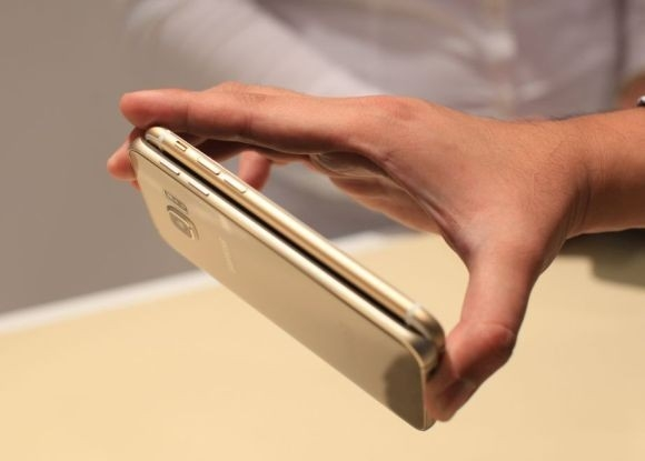 3. Mỏng hơn iPhone 6  Với số đo 6,8 mm, Galaxy S6 và S6 Edge có thiết kế mỏng hơn iPhone 6 0,1mm. Con số này không đáng kể nhưng cũng khiến Samsung phải cắt giảm hơn 2.000 mAh dung lượng pin để đảm bảo độ mỏng trong thiết kế. Mặc dù vậy, sản phẩm này vẫn chưa thể vượt qua Oppo R5 – chiếc smartphone mỏng nhất thế giới với số đo 4,85 mm. (Ảnh: Soyacincau)