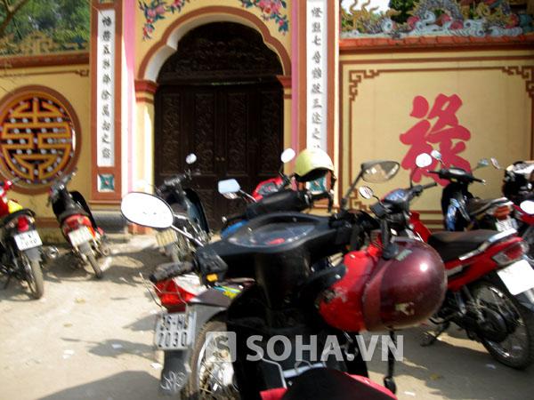 Dịch vụ trông giữ xe bát nháo đầu năm trước cổng chùa.