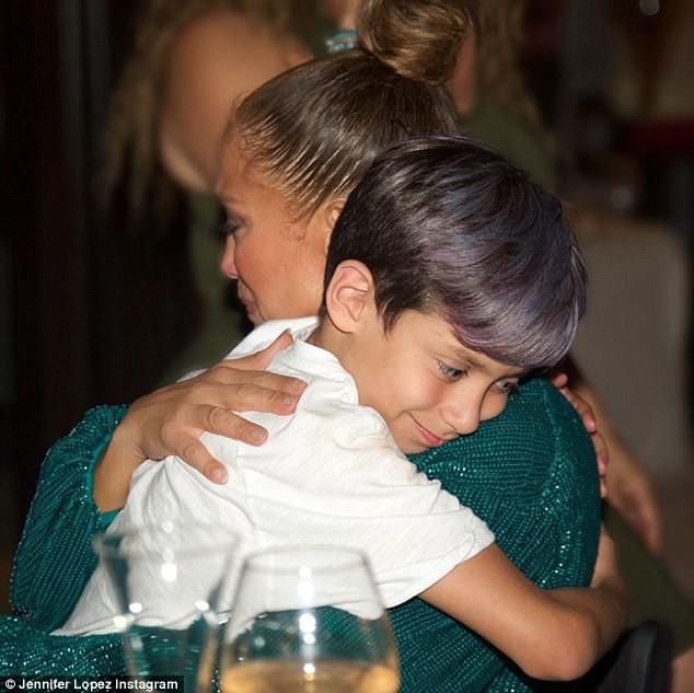 Max ôm chặt mẹ, cậu nhóc càng lớn càng giống bố Marc Anthony