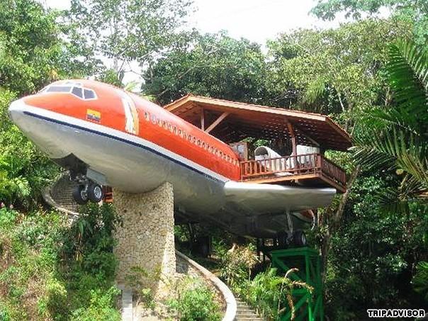 12. Costa Verde, Costa Rica. Khách sạn thực chất là một chiếc Boeing 727. Người chủ khách sạn đã mua lại chiếc máy bay cũ và chuyển nó từ sân bay quốc tế San Jose tới Công viên quốc gia lush Manuel Antonio.  Chiếc máy bay được thiết kế lại để trở thành một khách sạn tiện nghi với 50 bậc thang bộ. Tại đây bạn có thể chiêm ngưỡng cảnh quan thiên nhiên tươi đẹp của Costa Rica.
