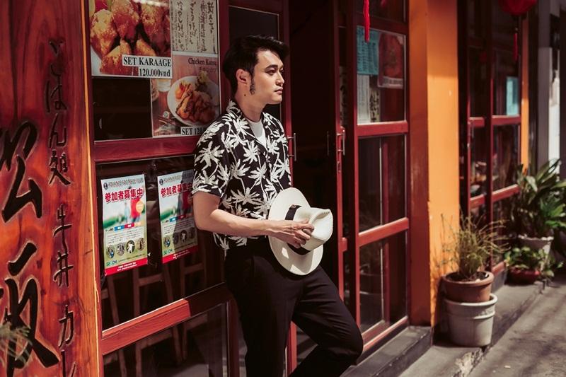 Quang Vinh khoe thời trang đậm chất mùa hè với áo họa tiết cây dừa mix cùng áo thun trắng basic.
