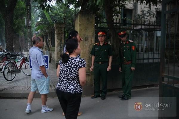 Từ tờ mờ sáng nay, người dân Hà Nội đã đến khóc thương Đại tướng 10