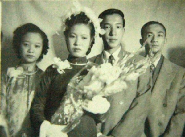 [Caption]Cố NSND Trịnh Thịnh (giữa) và vợ trong đám cưới mang phong cách truyền thống Hà Nội những năm 1950.