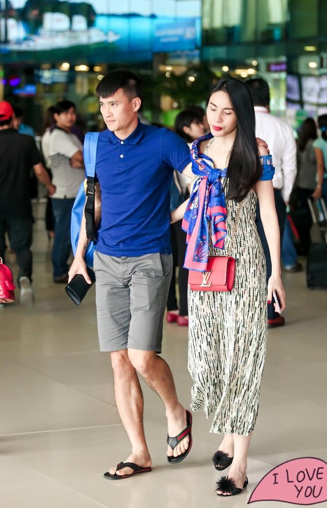 Thuỷ Tiên đón Công Vinh ở sân bay Tân Sơn Nhất chiều qua. Tiền đạo xứ Nghệ vẫn chưa hết buồn trước những gì vừa xảy đến. Ảnh: TT.