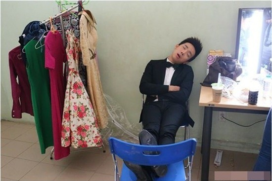 Trên trang cá nhân của Trấn Thành, người hâm mộ cũng đăng ảnh anh ngủ gật trong hậu trường chương trình Người bí ẩn. Dù dáng ngủ xấu, vắt chân lên ghế giữa