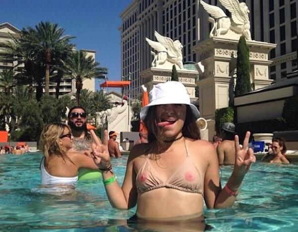 Trào lưu mặc bikini in vòng một của các cô gái