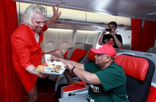 Tỷ phú Richard Branson đóng vai tiếp viên hàng không Air Asia, sau khi thua cá độ với ông chủ hãng này. Ảnh: gizmodo.