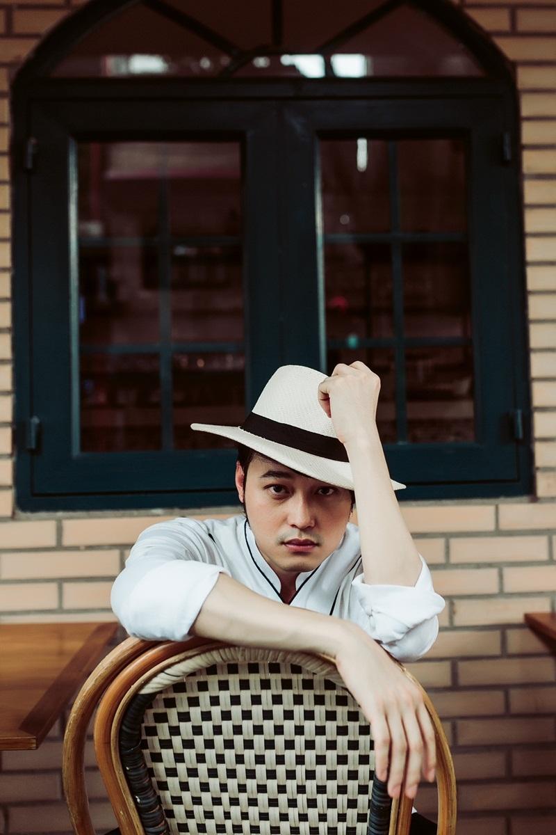 Thêm một chiếc mũ rộng vành là có thể trở thành fashionista giống như Quang Vinh.