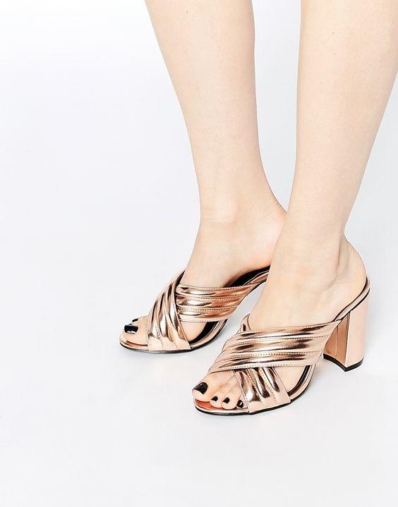 Sandals lai mules cách tân như thế này chính là kiểu sandal đang được săn đón nhất hiện naySandals lai mules cách tân như thế này chính là kiểu sandal đang được săn đón nhất hiện nay