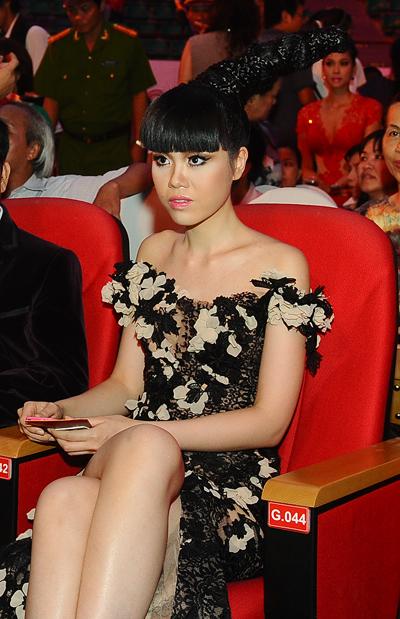 Người mẫu Jesssica Minh Anh bất ngờ xuất hiện ở hàng ghế khách mời. Cô mới từ Anh quốc trở về nước.