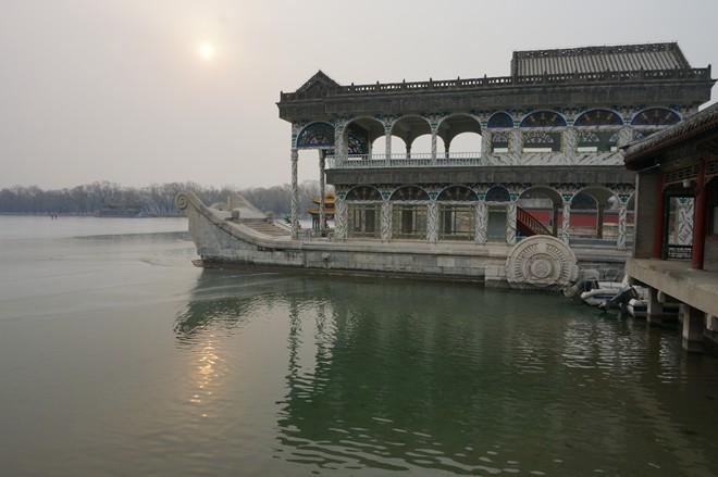 Sai lầm thứ 2, du khách ít chú ý tới tình trạng khói lẫn sương trong không khí. Ở Bắc Kinh, tình trạng ô nhiễm nặng nề sẽ ảnh hưởng ít nhiều tới chuyến tham quan của bạn. Cung Điện Mùa Hè có thể mờ ảo như ngập trong hơi nước.