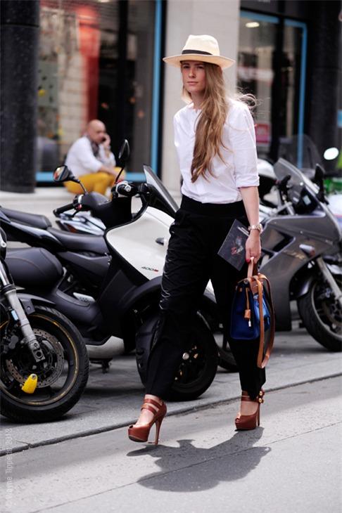 Quyến rũ và hiện đại như street style tháng 8 của phái đẹp châu Âu 12