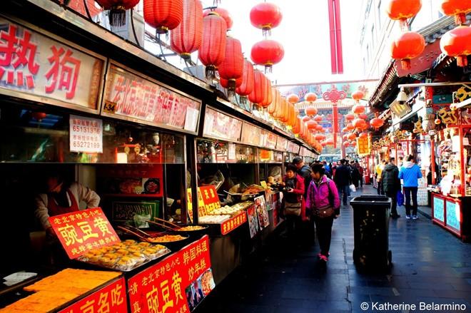 Đầu tiên, bạn không nên ôm đồm khi lập danh sách địa điểm tham quan ở Bắc Kinh. Đi ít nhưng bạn sẽ trải nghiệm được nhiều trong quỹ thời gian hữu hạn. Phần lớn du khách nước ngoài kiệt sức do gói gọn mục tiêu thăm chùa, hoàng cung trong cùng một ngày kín lịch ăn, uống, mua sắm và dạo quanh phố cổ.