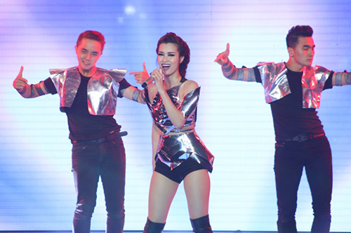 Đội của Đông Nhi tái hiện lại bản hit Bad Boy đầy ấn tượng. Khả năng hát live của nữ ca sĩ nhận được nhiều lời khen của giám khảo và khán giả qua mỗi tuần thi.