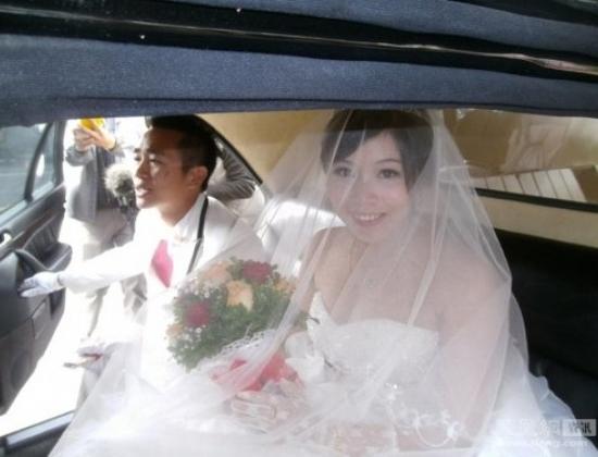 Chú rể tên Hầu Minh Tu và cô dâu Đới Vân. Họ là bạn cùng trường đại học.