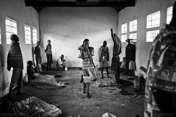 Bộ ảnh nhói lòng về một châu Phi của người tâm thần 12