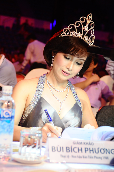 Hoa hậu Việt Nam đầu tiên Bùi Bích Phương lại bận rộn với vai trò giám khảo của đêm chung kết.