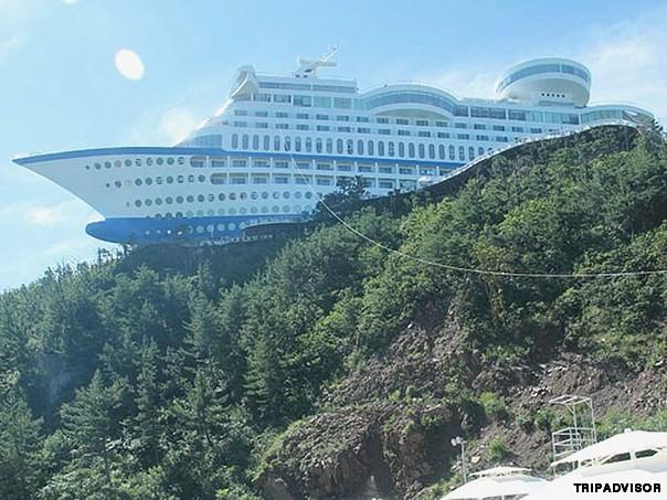 6. Sun Cruise, Donghae, Hàn Quốc. Bạn muốn du lịch trên những chiếc tàu hạng sang nhưng lại sợ bị say sóng? Khách sạn Sun Cruise Resort sẽ giúp bạn thực hiện ước muốn đó.  Được mệnh danh là
