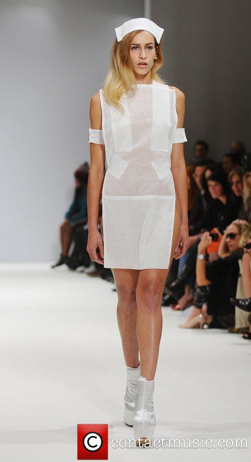 """Người mẫu """"nude""""... 90% trên sàn runway của LFW 12"""