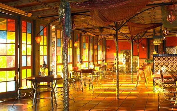 Quầy bar nằm trong khách sạn Figueroa ở Los Angeles có lối trang trí ấm áp là nơi được các nghệ sỹ Mỹ thường xuyên lui tới.
