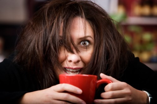 Caffeine cũng tác động đến đau đầu ở những mức độ khác nhau. Ở một số người, uống một lượng caffeine vừa phải (1 cốc cà phê mỗi ngày) là có thể trị đau đầu, nhưng với một số người chỉ một chút caffeine có thể thúc đẩy cơn đau đầu phát triển.