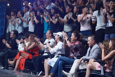 MC Anh Khoa (ngồi thứ 2 từ phải sang) cũng thanh minh giúp Thu Minh: Ngày xưa chị tự trang điểm cũng đẹp. Ngày nay chị có người make-up lại càng đẹp hơn.