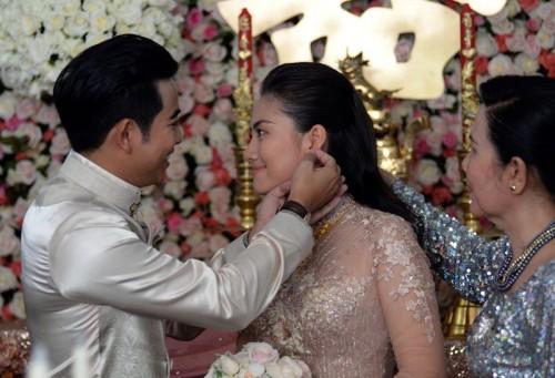 Thanh Bình đeo hoa tai cho Ngọc Lan.