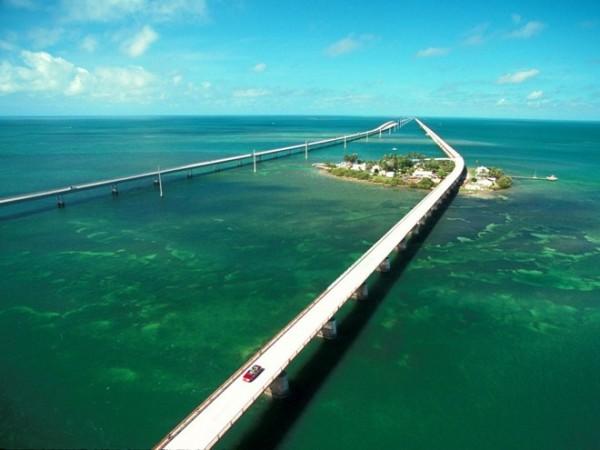 Lái xe trên đường ven biển ở Florida: Tuyến đường từ Miami tới Key West chinh phục du khách bởi khung cảnh trời biển bao la, với những điểm dừng chân thú vị trên các đảo nhỏ dọc đường.