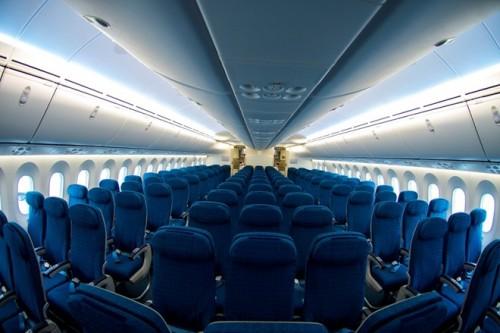 Không gian cabin hạng phổ thông rộng rãi. Máy bay được trang bị hệ thống chiếu sáng dùng công nghệ đèn LED, độ ẩm và áp suất dễ chịu, giúp hành khách trên chuyến bay dài giảm bớt mệt mỏi.