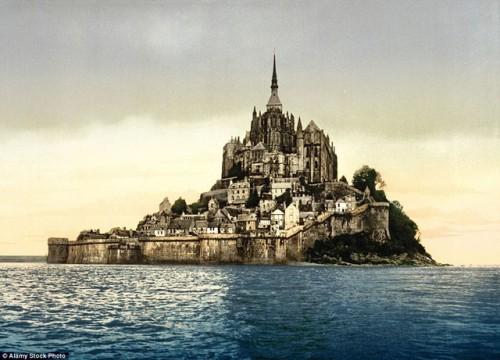 Lâu đài Mont Saint Michel nằm trên hòn đảo nhỏ ở phía Tây Bắc nước Pháp, thuộc vịnh Saint-Malo. Đây là địa danh thu hút du khách đứng thứ ba của nước Pháp, chỉ sau tháp Eiffel và cung điện Versailles. Ảnh chụp năm 1895.