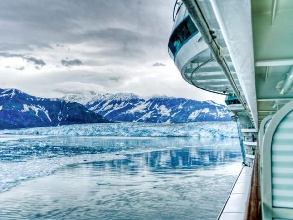 Đi thuyền ngắm băng hà ở Alaska: Khung cảnh của Alaska không khác gì hai đầu cực, với các tảng băng trôi, chim cánh cụt... nhưng lại có nhiệt độ bớt khắc nghiệt hơn.