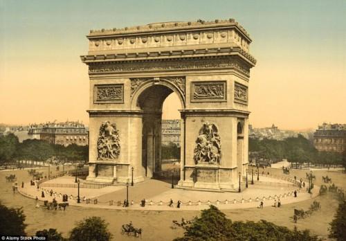 Khải Hoàn Môn, công trình là biểu tượng lịch sử nổi tiếng của Pháp, nơi tập trung đông khách du lịch trong thành phố. Ảnh chụp trong khoảng thời gian từ 1890 đến 1900.