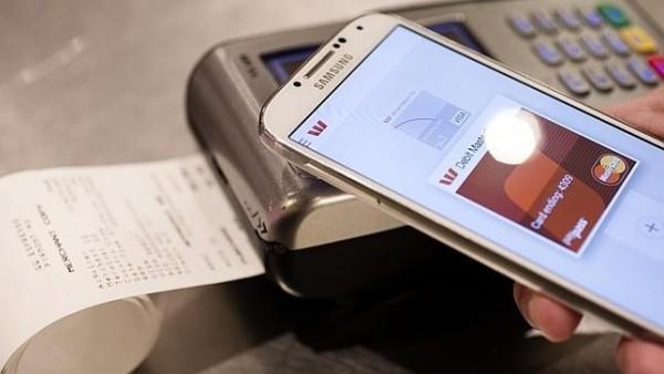 """8. Thanh toán với Samsung Pay  Cùng với màn ra mắt Galaxy S6 và S6 Edge, hãng công nghệ Hàn Quốc đã tung ra """"Samsung Pay"""". Dựa trên sự kết hợp giữa NFC và STDs, giải pháp này cho phép người dùng thanh toán hàng hoá, dịch vụ nhờ bộ nhận diện vân tay trên smartphone. Đây được xem là chiêu bài cạnh tranh của hãng đối với Apple Pay, Google Wallet, PayPal"""
