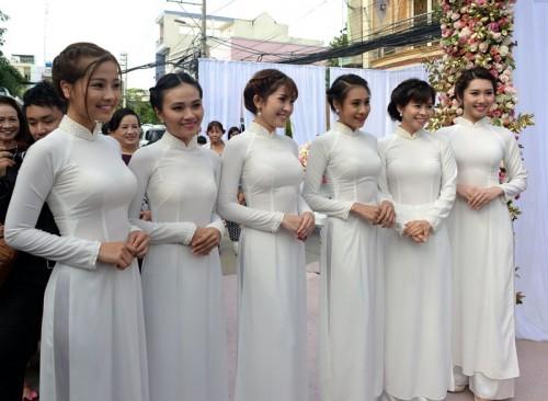 Dàn phù dâu xinh đẹp với sự xuất hiện của diễn viên, MC Vũ Ngọc Ánh, diễn viên Hồ Bích Trâm,...