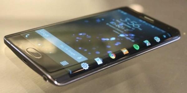 1. Màn hình cong đột phá  Tại MWC 2015 vừa qua, Samsung không chỉ ra mắt một mà tới hai mẫu Galaxy S thế hệ mới: S6 tiêu chuẩn với màn hình phẳng tương tự như hầu hết các smartphone khác trên thị trường hiện nay và Galaxy S6 Edge với màn hình được uốn cong ở cạnh trái và phải.  Màn hình cong trên S6 Edge không chỉ là bước đột phá về thiết kế mà còn mang tới nhiều tính năng thú vị như hiển thị thông báo, xem giờ, từ chối cuộc gọi bằng cách sử dụng cảm biến nhịp tim trên lưng máy... (Ảnh: Business Insider)