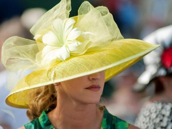 Mua mũ đẹp trước giải Derby ở Kentucky: Giải đua ngựa Kentucky Derby còn là một cơ hội trình diễn thời trang có một không hai. Hãy chọn cho mình một chiếc mũ lộng lẫy và một bộ đồ thích hợp cho sự kiện này.