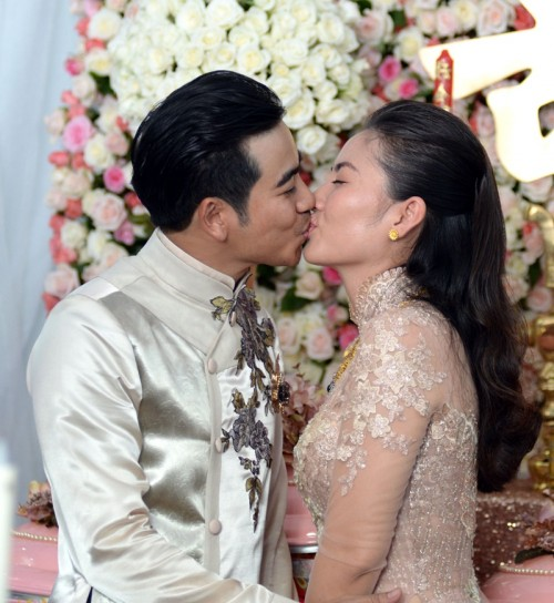 Cặp đôi khóa môi say đắm.