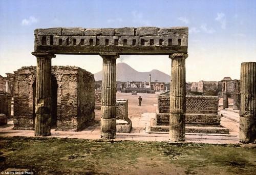 Hình ảnh Pompeii chụp năm 1895. Trong hình, người xem có thể nhận thấy, vào thời điểm đó, núi lửa Vesuvius vẫn còn hoạt động.